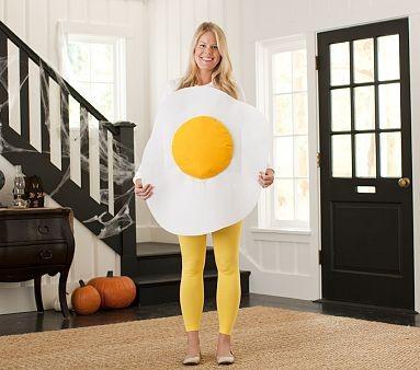 mulher usando fantasia de carnaval para grávida de ovo frito